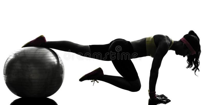 Vrouw die het silhouet van de de plankpositie van de geschiktheidstraining uitoefenen royalty-vrije stock afbeelding