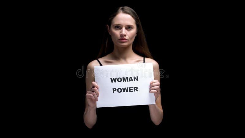 Vrouw die het teken van de vrouwenmacht, gendergelijkheid, vrouwelijke leidingsvaardigheden tonen royalty-vrije stock foto's