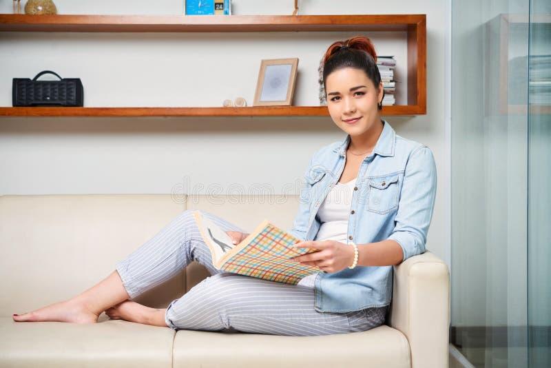 Vrouw die het Tijdschrift lezen stock fotografie