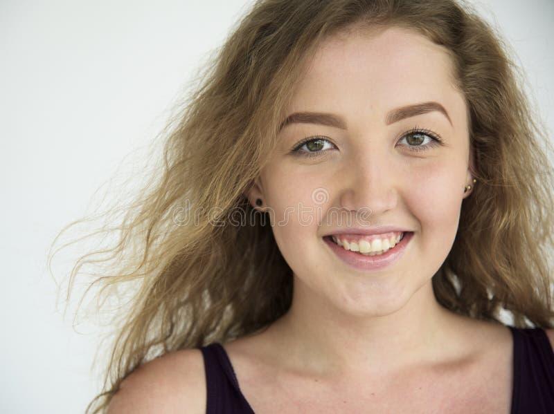 Vrouw die het Vrolijke Concept van het Studioportret glimlachen royalty-vrije stock foto