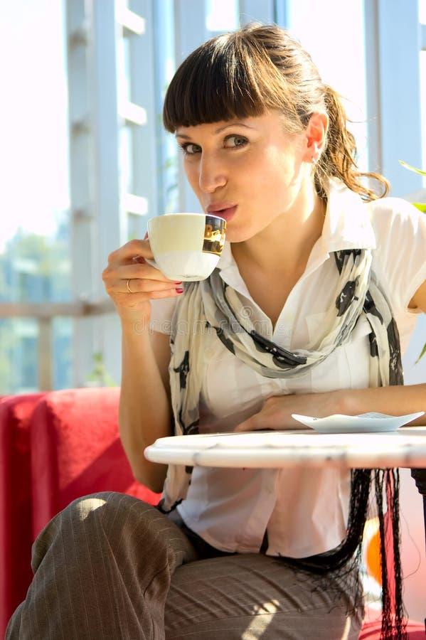 Vrouw die hete koffie drinkt stock foto's