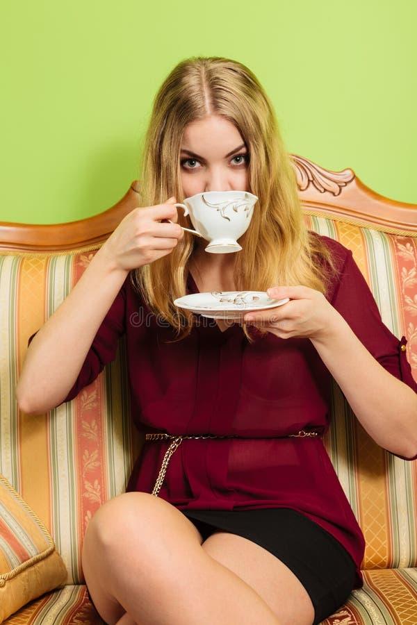 Vrouw die hete koffiedrank drinken cafeïne royalty-vrije stock foto