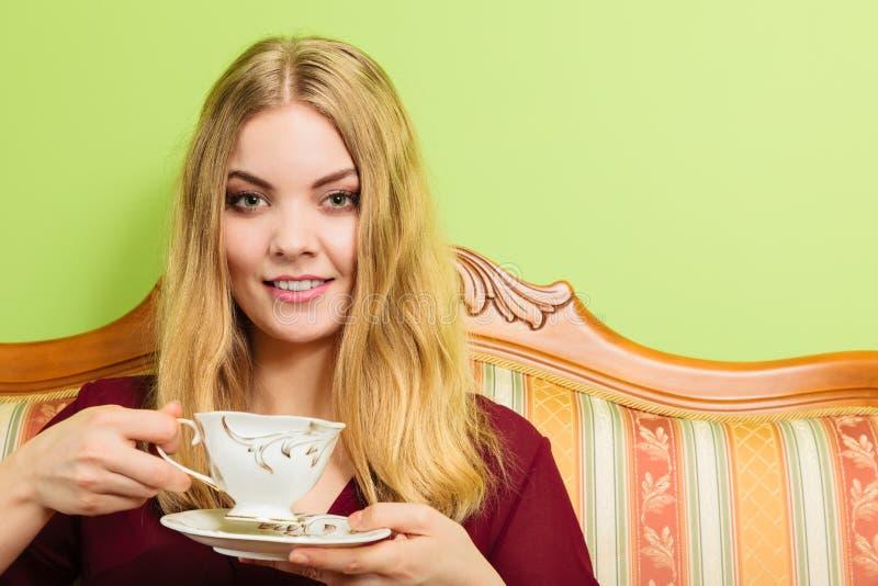 Vrouw die hete koffiedrank drinken cafeïne stock foto