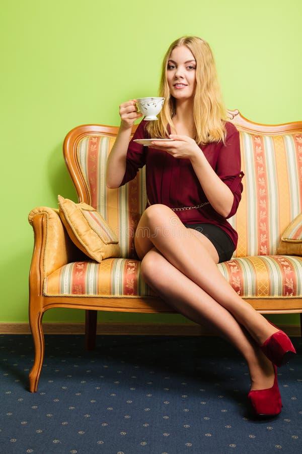 Vrouw die hete koffiedrank drinken cafeïne royalty-vrije stock afbeelding