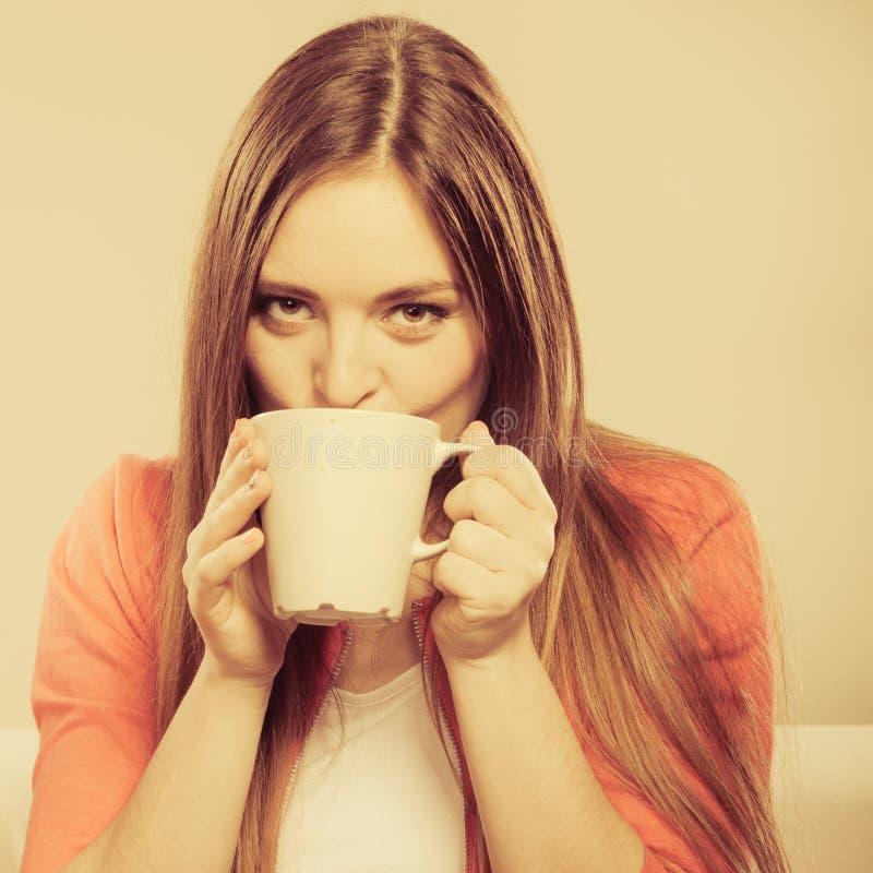 Vrouw die hete koffiedrank drinken cafeïne stock foto's