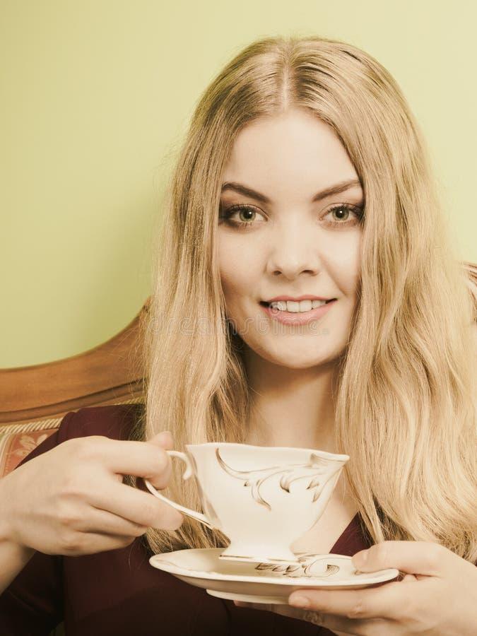 Vrouw die hete koffiedrank drinken cafeïne royalty-vrije stock afbeeldingen