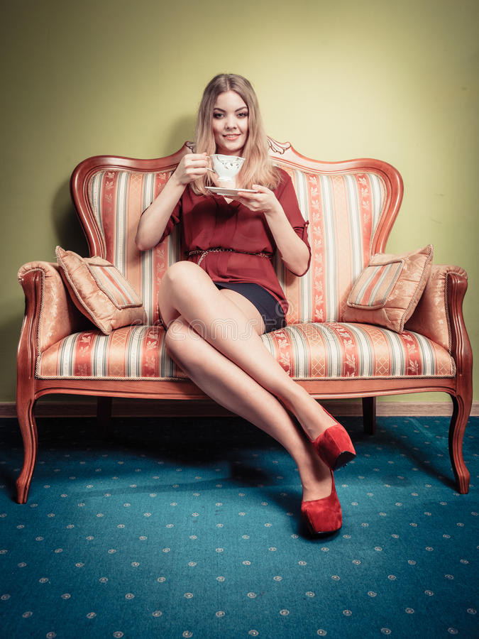 Vrouw die hete koffiedrank drinken cafeïne royalty-vrije stock fotografie