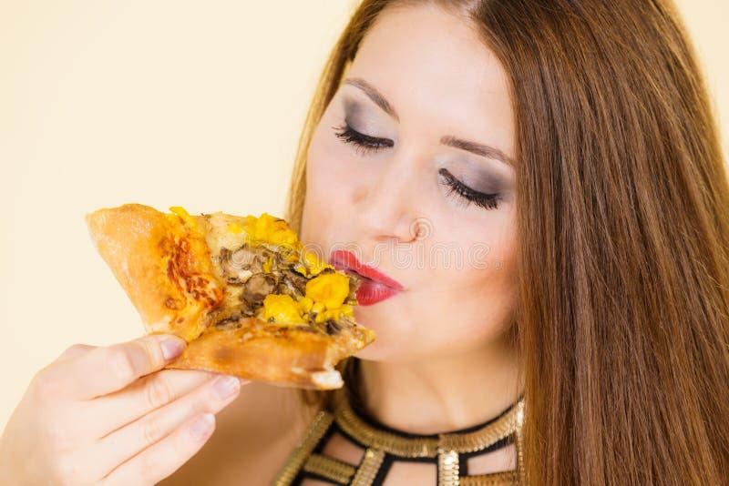 Vrouw die hete pizzaplak eten stock afbeelding