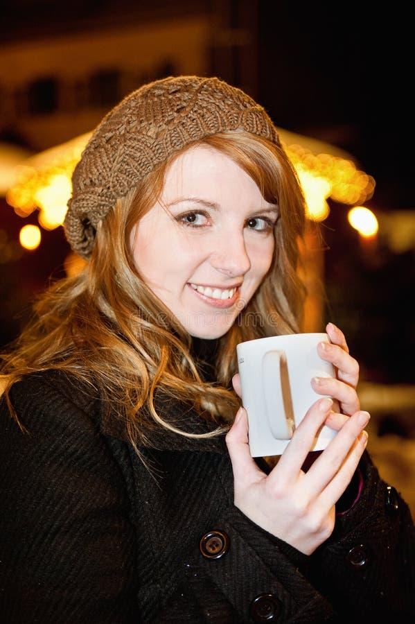 Vrouw die hete Thee drinkt stock afbeelding