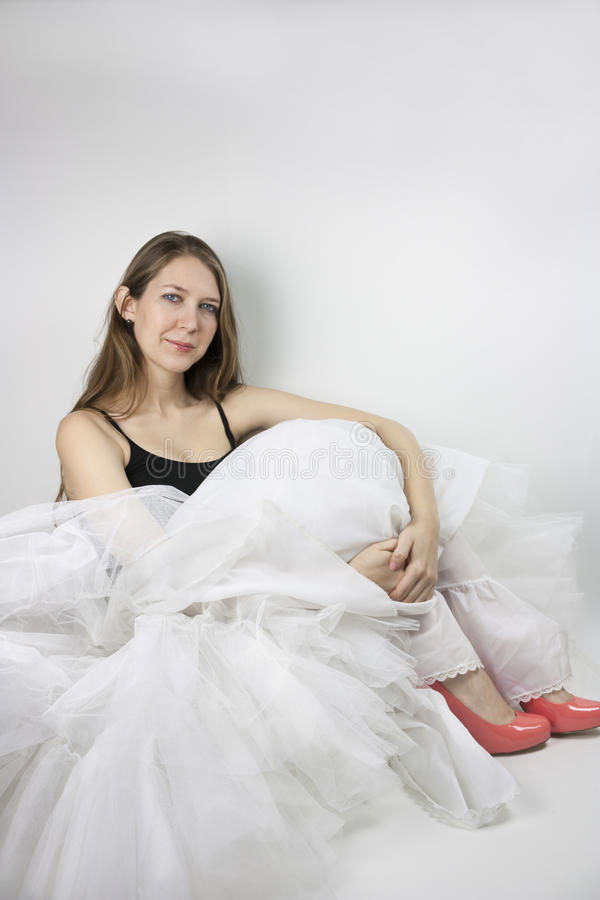 Vrouw die hoepelrok en schoenen dragen royalty-vrije stock afbeeldingen