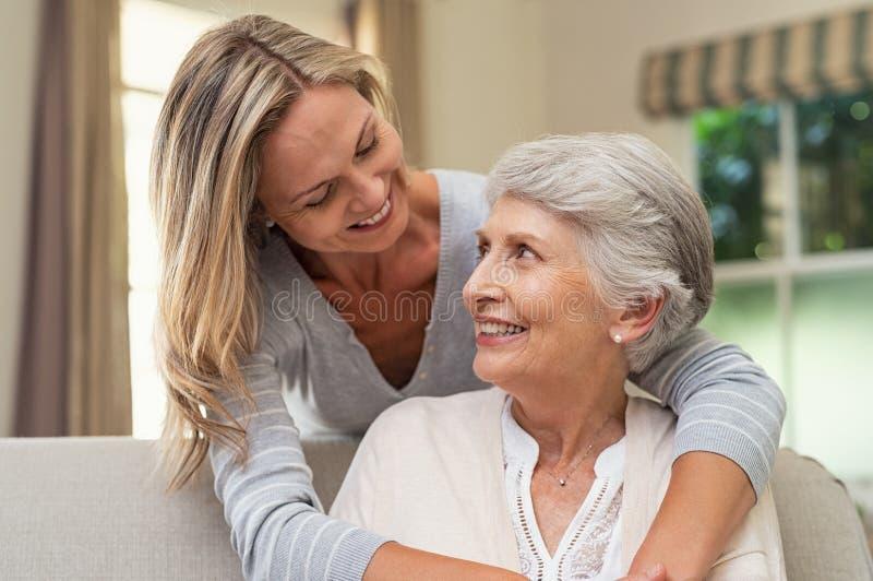 Vrouw die hogere moeder omhelzen royalty-vrije stock foto