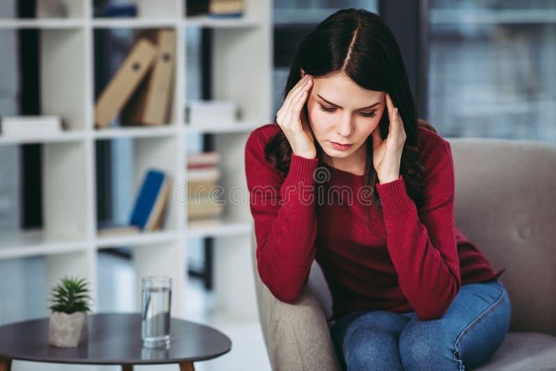 Vrouw die hoofdpijn heeft stock foto's