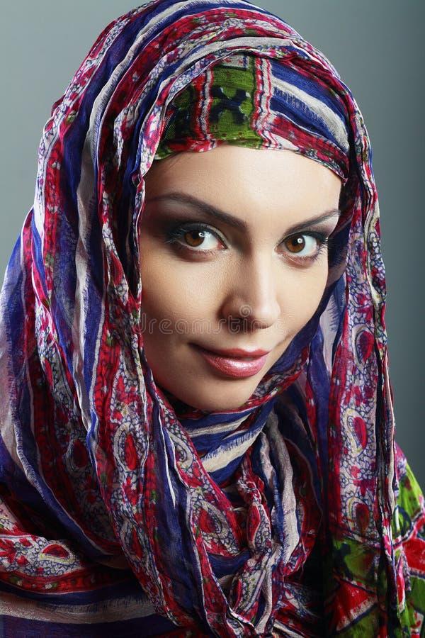Vrouw die hoofdsjaal dragen stock foto