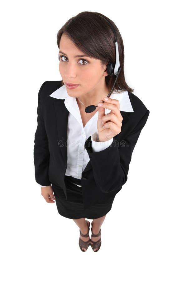 Vrouw die hoofdtelefoon dragen stock afbeelding