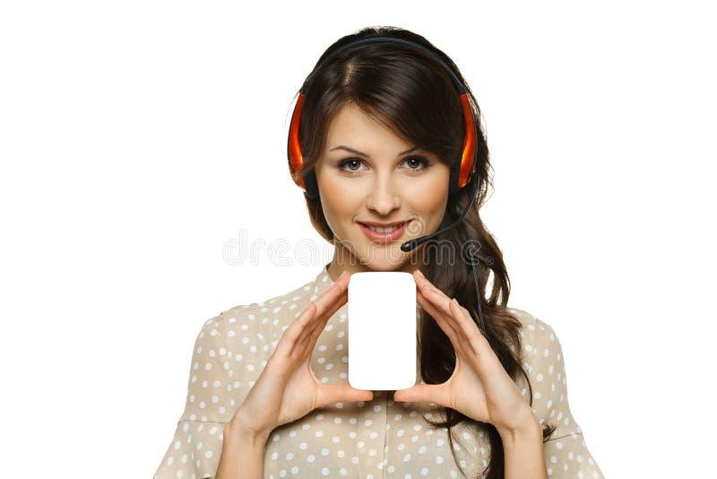 Vrouw die in hoofdtelefoon leeg adreskaartje houden royalty-vrije stock fotografie