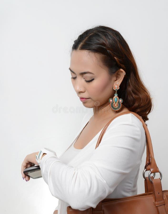Vrouw die horloge bekijken stock foto