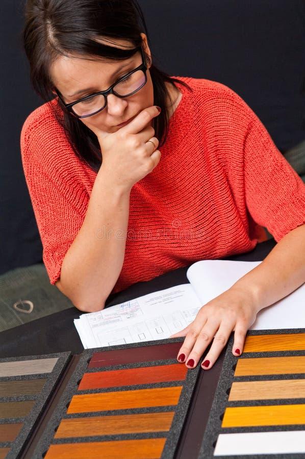 Vrouw die houten kleur kiest royalty-vrije stock foto