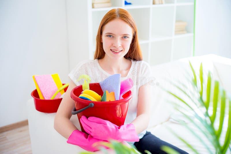 Vrouw die huishoudelijk werk doen, stock afbeelding