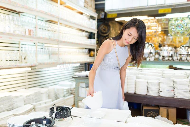Vrouw die iets kopen bij straatmarkt stock foto