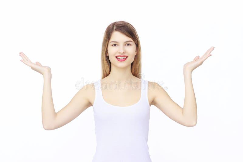 Vrouw die iets op de palmen van haar handen tonen stock foto's