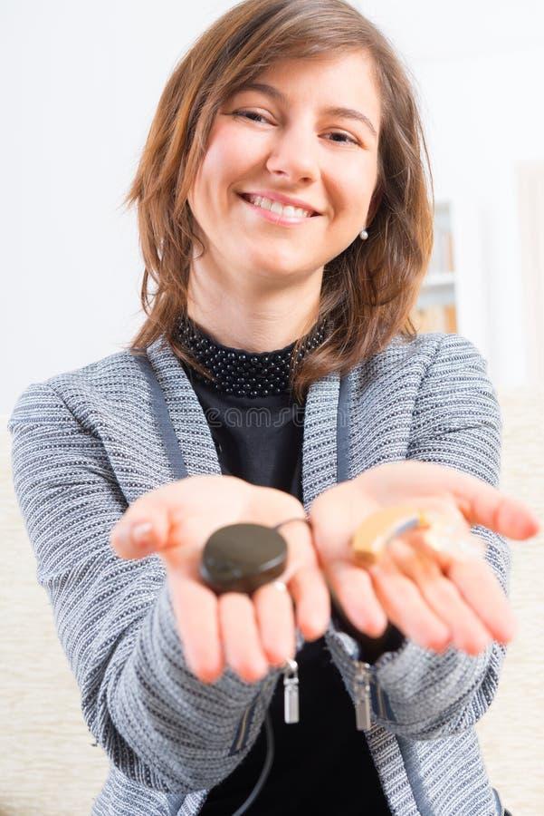 Vrouw die implant van het slakkehuis tonen stock foto's