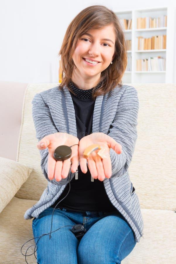 Vrouw die implant van het slakkehuis tonen stock foto