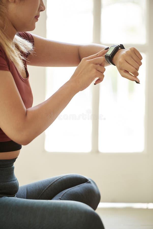 Vrouw die impuls in slim horloge controleert royalty-vrije stock foto
