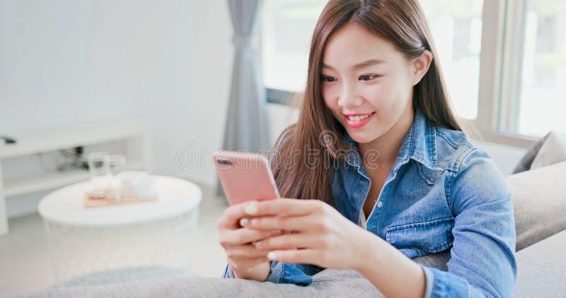 Vrouw die in Internet winkelen royalty-vrije stock afbeeldingen