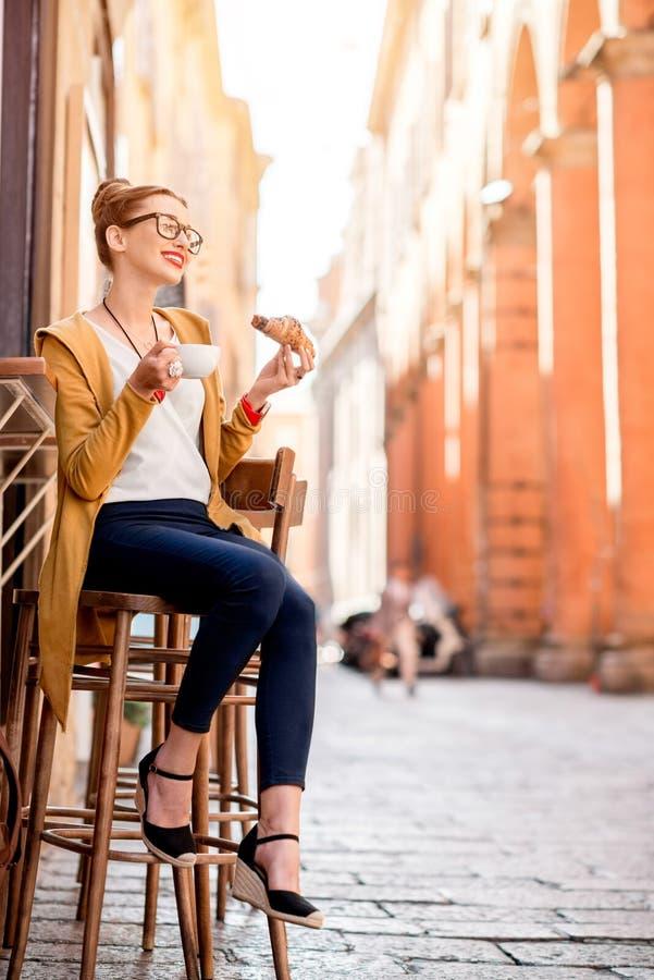 Vrouw die Italiaans ontbijt hebben stock foto