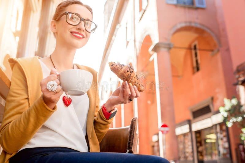 Vrouw die Italiaans ontbijt hebben royalty-vrije stock foto