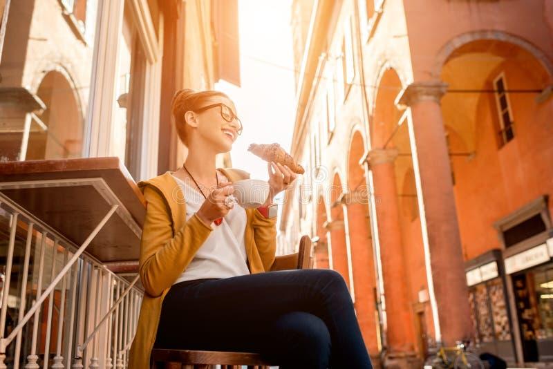 Vrouw die Italiaans ontbijt hebben stock afbeelding