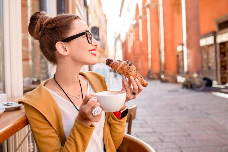Vrouw die Italiaans ontbijt hebben royalty-vrije stock fotografie