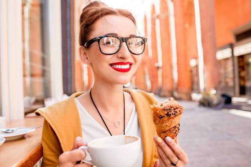 Vrouw die Italiaans ontbijt hebben stock foto's
