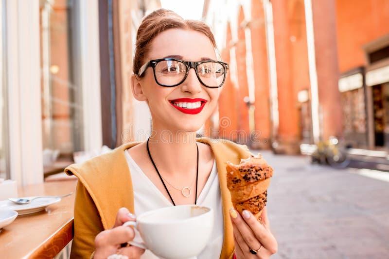 Vrouw die Italiaans ontbijt hebben stock fotografie