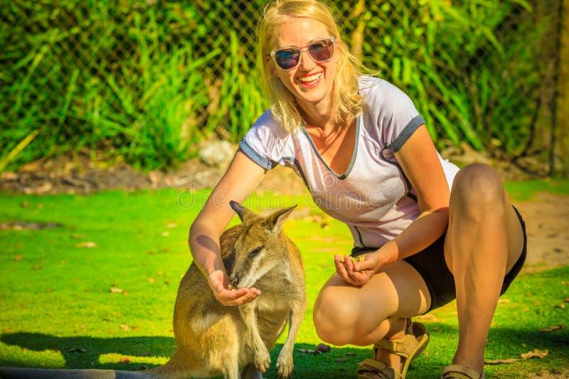 Vrouw die kangoeroe eten royalty-vrije stock fotografie