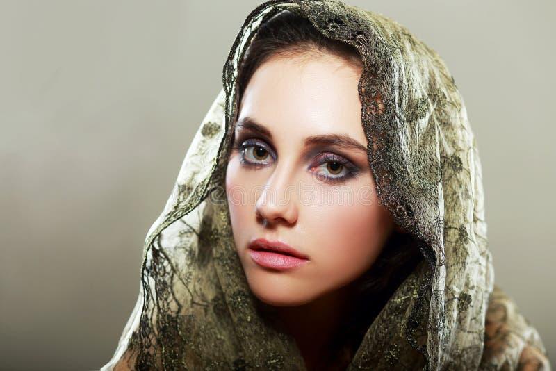 Vrouw die kap dragen royalty-vrije stock afbeeldingen
