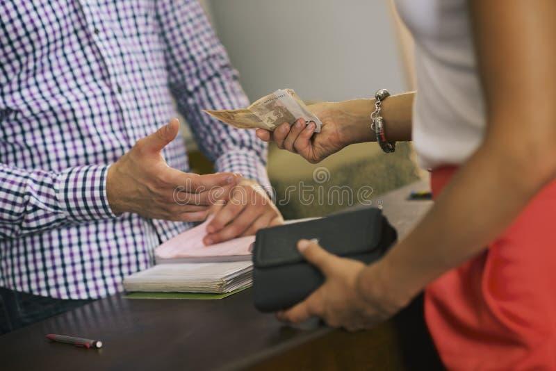 Vrouw die kapper in de winkel van de schoonheidssalon betalen royalty-vrije stock foto