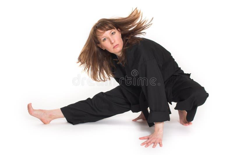 Vrouw die karate doet stock foto