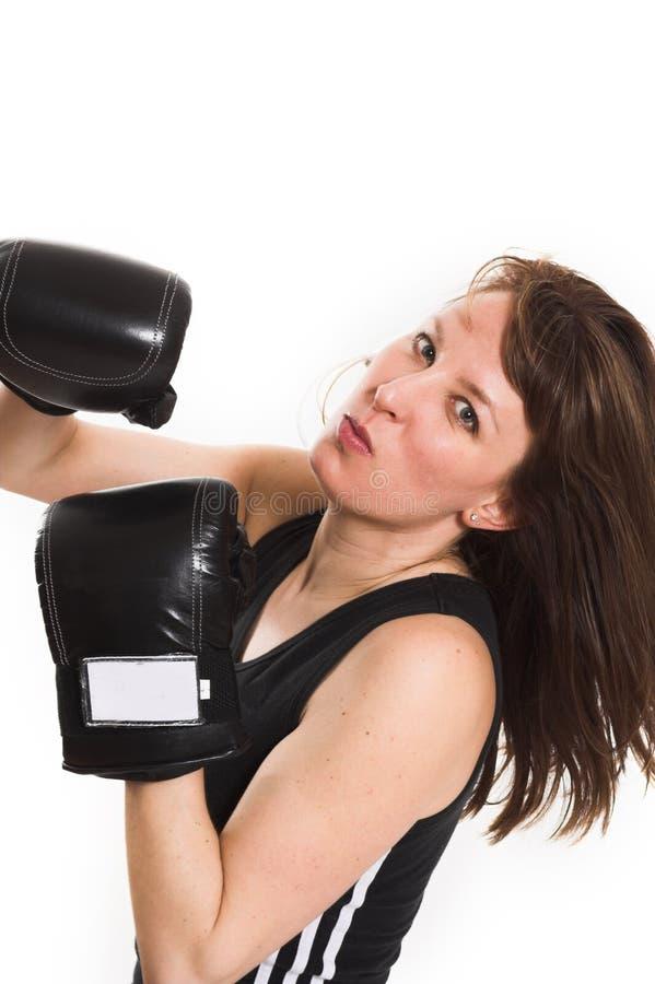 Vrouw die karatehandschoenen draagt royalty-vrije stock fotografie
