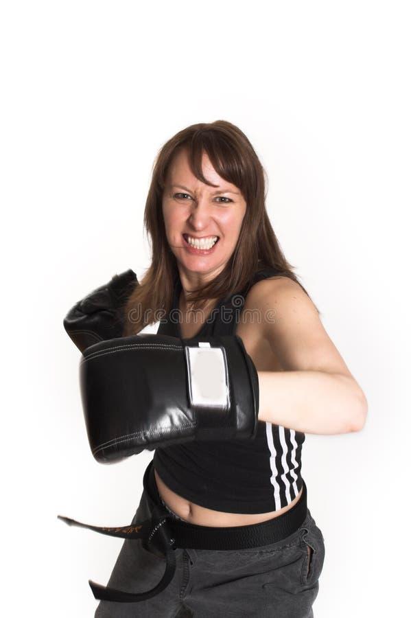 Vrouw die karatehandschoenen draagt stock foto