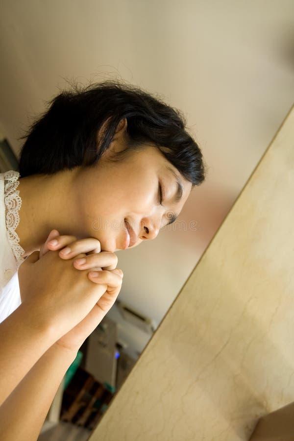 Vrouw die in kerk bidt stock foto
