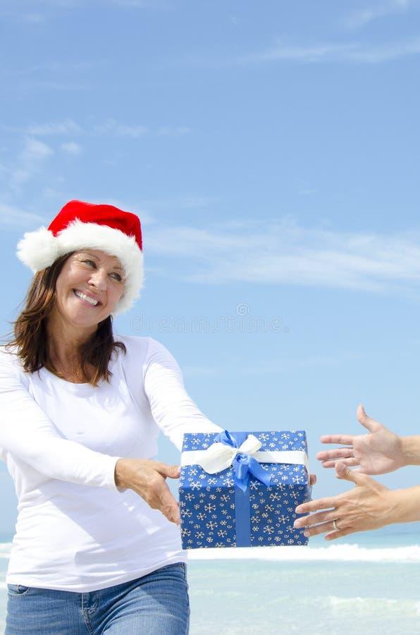 Vrouw die Kerstmis Huidige openlucht geeft royalty-vrije stock foto's