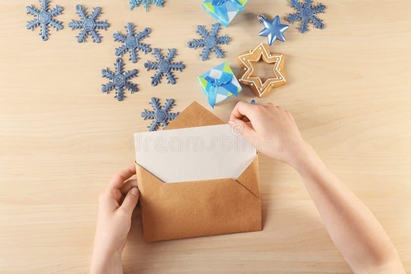 Download Vrouw Die Kerstmisbrief Zetten In Envelop Stock Foto - Afbeelding bestaande uit creativiteit, kerstmis: 107703182
