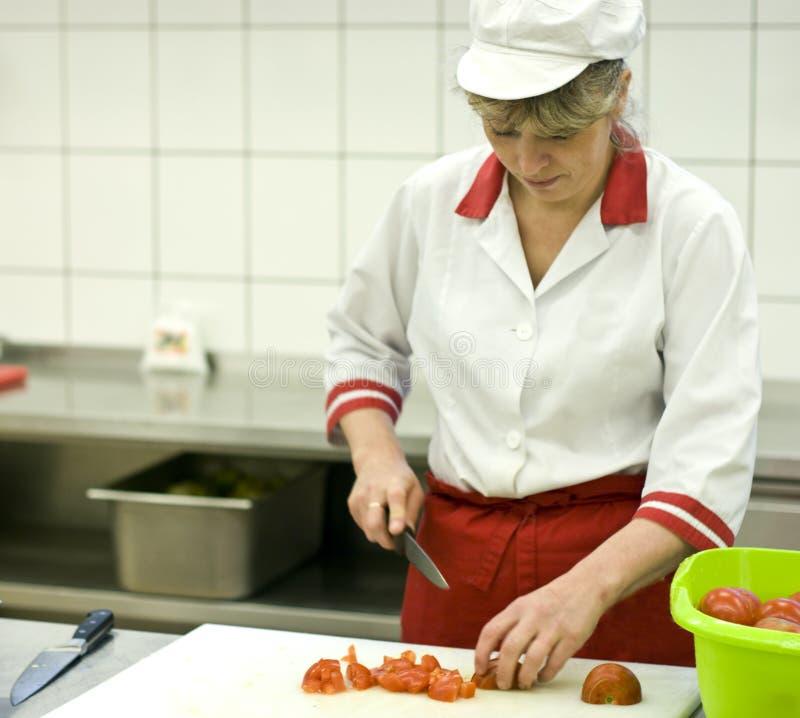 Vrouw die in keuken werkt royalty-vrije stock foto