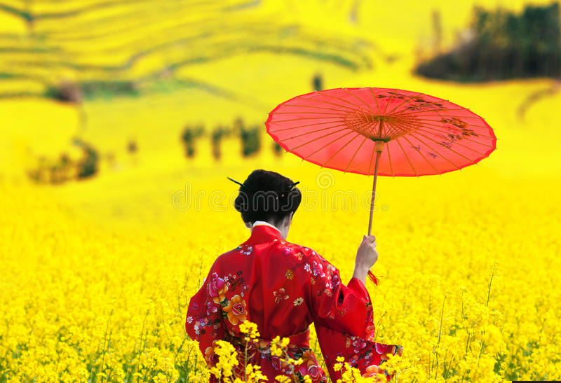 Vrouw die in kimono, achtermening weggaan stock fotografie