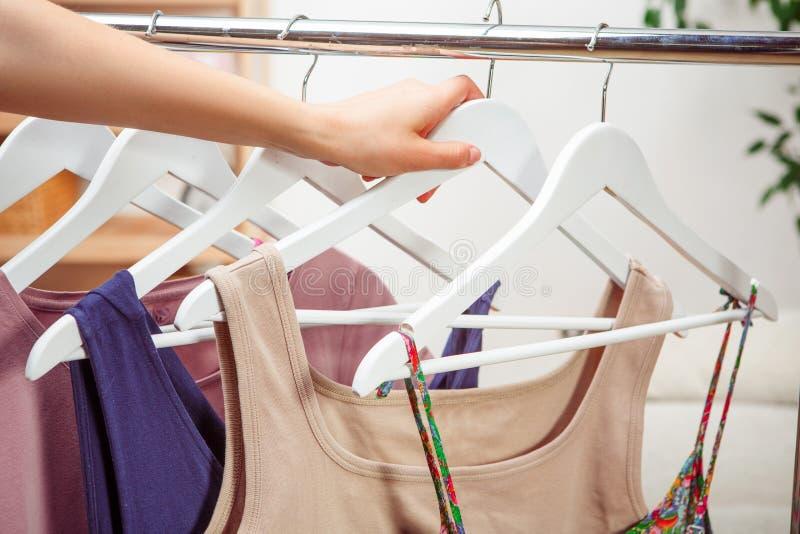 Vrouw die kleding kiezen tijdens het winkelen royalty-vrije stock afbeelding
