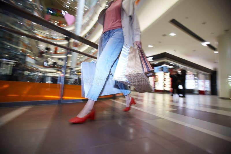 Vrouw die kleding op verkoop haasten zich te kopen royalty-vrije stock afbeeldingen