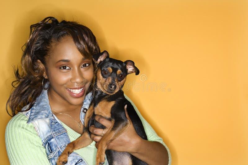 Vrouw die kleine hond houdt. royalty-vrije stock afbeelding