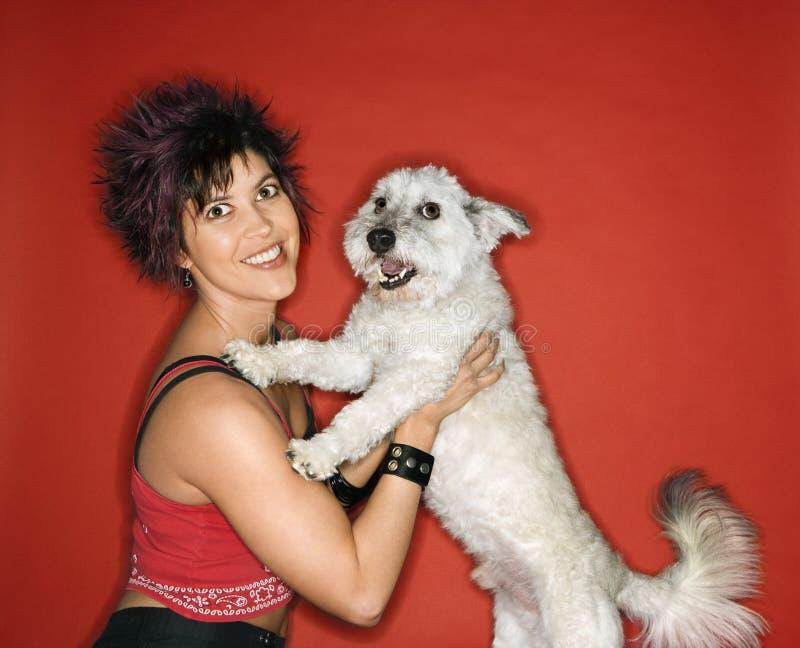 Vrouw die kleine hond houdt stock foto