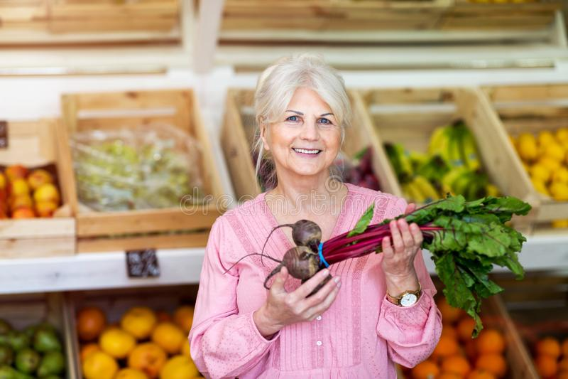 Vrouw die in kleine kruidenierswinkelopslag winkelen royalty-vrije stock fotografie